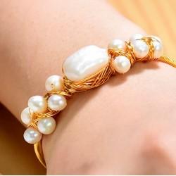 Brazalete fabricado a mano con perlas blancas
